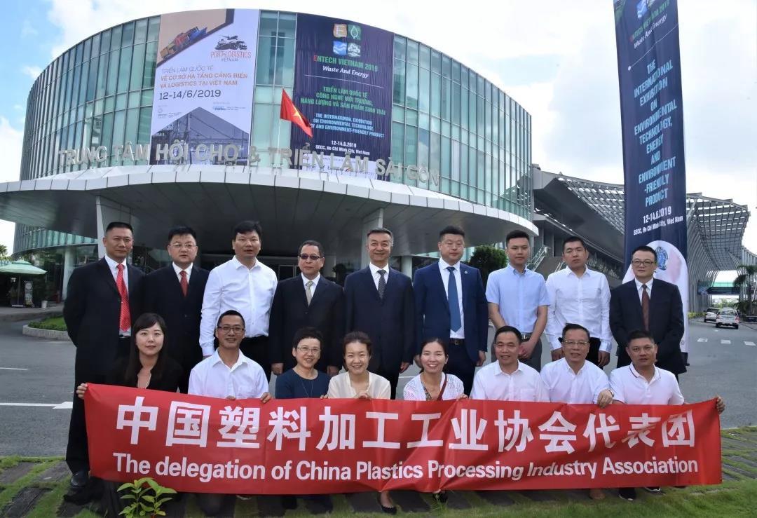 中國機械工業集團中國塑協赴一帶一路東盟部分國家考察團參觀2019第十一屆越南國際環保技術展覽會-南京雕刻機